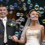 Dicas para substituir a tradicional chuva de arroz - Bolhas de sabão para casamentos